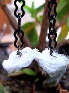 Boucles D'oreilles Blanc Et Noir En Verre Artisanal Filé Par Une Artiste Fileuse De Verre  Comme Des Gouttelettes Glaçon - Earrings