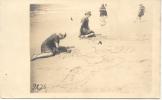 LALA Y CHELA EN LA PLAYA DE POCITOS EN MONTEVIDEO HACIENDO DIBUJOS EN LA ARENA AÑO 1910 CPA DOS NON DIVISE - Uruguay