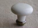 Poign�e de porte , ronde, en c�ramique blanche. Voir photos