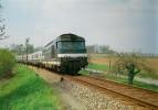SNCF VITRE (35) Ligne DeFougères à Vitré. La BB 67425 Tracte Un Train De Pélerins Le 28 Avril 1991 - Trains