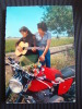 CPSM Illustration-Jeune Couple-Moto-Guitare   L847 - Künstlerkarten