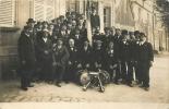 08 CARTE PHOTO FANFARE ET GROUPE DE PERSONNES ECRITE DE TAGNON PHOTO WILMET RETHEL - France