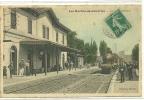 LES ROCHES DE CONDRIEU  TRAIN ENTRANT EN GARE PERSONNAGES SUR QUAI COULEURS Petites Taches - France