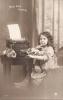 2 X CARTE PHOTO JOLIE FILLE AVEC MACHINE A ECRIRE - 2 SCANS - GIRL WITH TYPEWRITER - Portretten