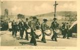 29 LOCRONAN L-TROMENIE Au Son Des Tambours Et Clairons Défile La Procession - Locronan