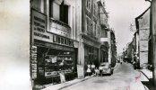 Saint-Chely-D'Apcher  48   1000m--Quartier Central-Rue  Roussel  Animée Et Voitures Librairie Et Pompe Essence A Droite - Saint Chely D'Apcher