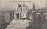 """PARIS XX  Quartier Père Lachaise EGLISE SQUARE Sculpture """" 2 Bons Vieux LE DECLIN """" Au Loin Butte MONTMARTRE - Arrondissement: 20"""