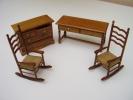 Lot De 4 Meubles De Maison De Poupee Commode 6 Tiroirs, Bureau 2 Tiroirs,2 Rocking -chair Pailles - Autres Collections