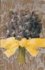 CPA Fantaisie Relief Gaufrée Bouquet  Fleurs Violettes Noeud Jaune - Fleurs, Plantes & Arbres