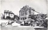 63. Cpsm. Pf. CHATELGUYON. Un Coin Du Parc. La Source Yvonne Et Le Théâtre. 60 - Châtel-Guyon
