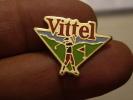 (pin1111g) Pin´s Pins Thème SPORTS /  EAU MINERALE VITTEL GOLF Fabriqué Par Ou Pour ?????  Très Bon état (pour L´état : - Golf