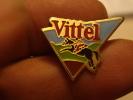 (pin1111g) Pin´s Pins Thème SPORTS /  EAU MINERALE VITTEL EQUITATION CHEVAL JUMPING Fabriqué Par Ou Pour ?????  Très Bo - Pin's