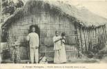 Brazzaville : Famille Chrétienne Devant Sa Case. Congo Français. 2 Scans. - Brazzaville