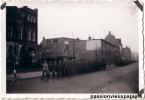 PHOTO ALLEMANDE    EINDHOVEN   1941  DEFILE D'UNE  FANFARE   SOLDATS ALLEMANDS - Eindhoven