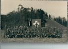 Groupe De Soldats Avec étendard Au Pied De La Colline De Gruyères - Régiments