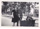 19520 Couple Enfant, Landau - Sans Doute Paris Datée Vers 1945