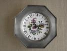 Pendule Murale Porcelaine Fleurie Entourée D´étain.Voir 4 Photos. - Horloges