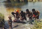 19732 Afrique En Couleur, Lessive Dans La Riviere. Wasching River. Hoa-qui 2638 - Cartes Postales