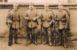 CARTE PHOTO  SOLDATS  ALLEMANDS FUSILS CASQUE A POINTE  VOIR TAMPON  REF A4 - Guerre 1914-18