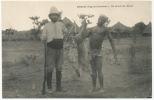 Demshi Nigeria Oriental Un  Retour De Chasse Antilope Colon Noir Nu Portant Le Gibier - Nigeria