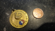 12 Belle Médaille Ancienne Avec émaux Et Coq Sportif Fédération Française De Lutte FFL - Ringen