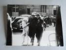 Photo Tirage Originale - LIBERATION DE PARIS 1945 - Dimensions 18 Cm X 24 Cm - BLESSE ET INFIRMIERE -  LAPI 28102 - Guerre, Militaire