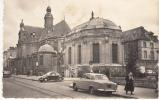 77 - FONTAINEBLEAU - L'Eglise Saint-Louis (voitures Peugeot 403, Volkswagen Coccinelle) CPSM - Fontainebleau
