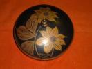 Boite Ou Bonbonnière Signé A. DUCOBU, En Métal à Décor De Fleurs Sur Fond Noir (art Déco) - Boîtes/Coffrets