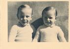 Belle Photo De 2 Enfants Côte à Côte - Personnes Anonymes