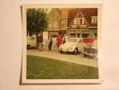 V.W. Coccinelle Et Mercedes Devant Café (84 Mm X 84 Mm) - Automobiles