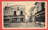 CPSM: Argenton-Chateau (79) Une perspective de la rue du Prieur� et le monument aux morts