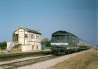 SURDON (61) BB 67454 En Tête D'un Train Caen - Tours Près Du Poste En Aout 1997 - Trenes