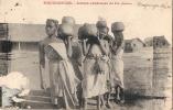 MADAGASCAR - Jeunes Vendeuses De Riz - Timbre Arraché - Madagascar