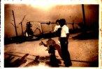 PHOTO D UN PERE ET SES 2 ENFANTS  DEVANT LE PONT DE TANCARVILLE EN CONSTRUCTION - Photos