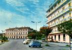 ARONA - STAZIONE FERROVIARIA - OROLOGIO - ALBERGO HOTEL - AUTO D'EPOCA CARS VOITURES : FIAT 500 VOLKSWAGEN Maggiolone - Autres Villes