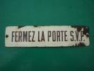 "ANCIENNE PLAQUE EMAILLEE "" FERMER LA PORTE  SVP "" ( 6 X 25 Cm ) - Indications"