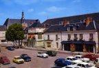 37-STE-MAURE-DE-TOURAINE...LA PLACE DU MARECHAL-LECLERC AVEC VOITURES.....CPM - France