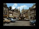22 - GUINGAMP - Place Du Centre - La Pompe, Jolie Fontaine De La Renaissance - 6 - Voitures 1950 - Guingamp