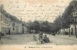 60 BRETEUIL LE BONNET ROUGE AVEC AUTOMOBILE - Breteuil