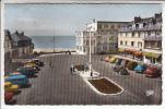 COUTAINVILLE (50) Place Gl De Gaulle Et Entrée Plage ... Autos  - Jolie CPSM Dentelée Colorisée PF N° 1656 (Manche) - Autres Communes