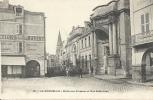 LA ROCHELLE  (17)  La Halle Aux Poissons Et La Rue Saint-Jean  Vvv - La Rochelle
