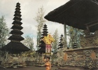 BR4128 A Balinese Girl With A Heavy And Beautiful Offering On Her Head  2 Scans - Indonesien