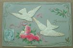 Carte Gauffrée Avec Deux Colombes Contrecollées Liant Un Bouquet De Roses - Souvenir - Fantaisies