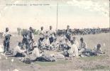 Scènes De Manoeuvres Repas Sur L'herbe -timbrée Colorisée Mauvais état - Manoeuvres