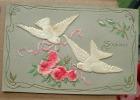 Carte Gauffrée Avec Deux Touterelles En Relief Liant Des Roses - Souvenir - Fantaisies