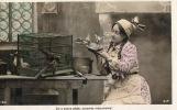 CPA 915 Fantaisie Carte Photo Portrait D´une Femme Aux Oiseaux Pinsons Moineaux Merle Pigeons Union Postale Universelle - Femmes