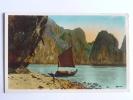 NORD VIETNAM - Baie D'ALONG, Devant La Grotte De La Surprise - Vietnam
