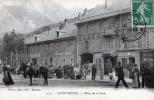 SAINT-MICHEL DE MAURIENNE - LA PLACE DE LA GARE - BELLE CARTE TRES TRES ANIMEE AVEC COMMERCES ET GENDARMERIE NATIONALE - - Saint Michel De Maurienne