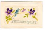 Carte Brodée Et Gaufrée - Hirondelle Sur Un Fil Tendu Entre 2 Fleurs De Violette - 2 Scans - Brodées