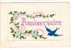 Carte Brodée Et Gaufrée - Hirondelle  Volant Et Apportant Ruban Rose Pour Anniversaire - 2 Scans - Brodées